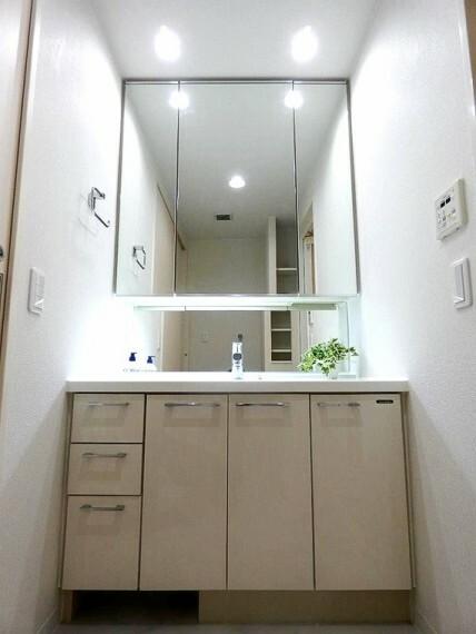 洗面化粧台 使い勝手の良い三面鏡タイプの洗面台です。