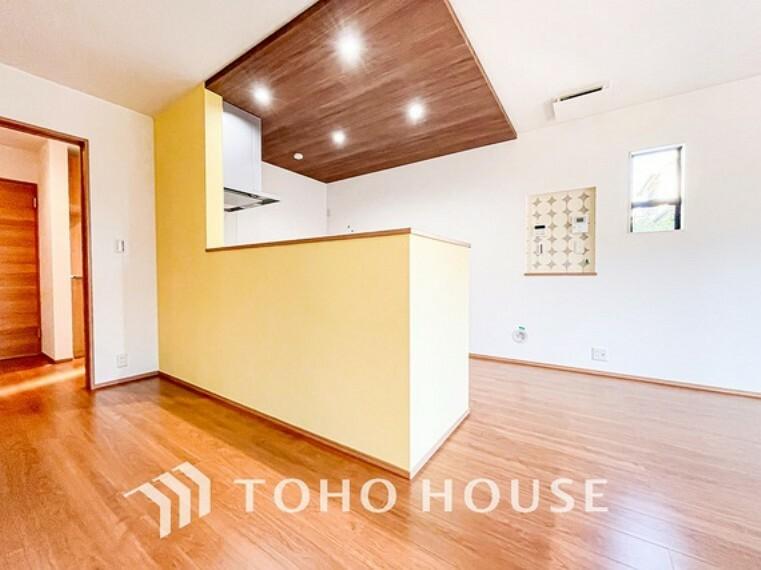 キッチン キッチンは、リビングで寛ぐ家族や小さなお子様を見守りながら料理が出来る対面式の温もり設計。