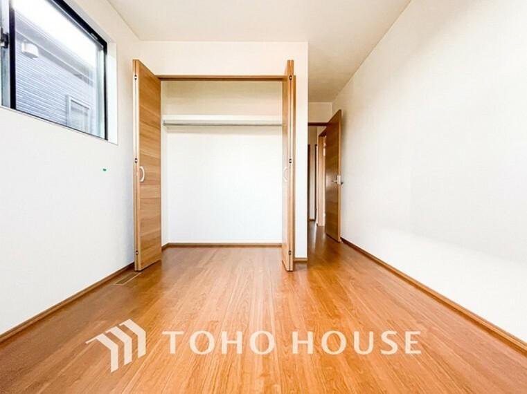 寝室 クローゼットを完備。家具の配置にも困らない設計がされており、採光と室内のバランスが絶妙です。