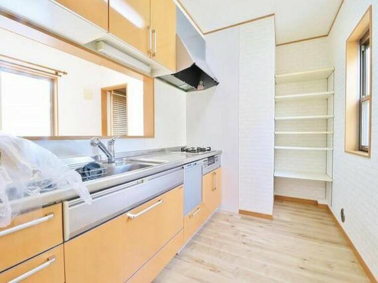 キッチン キッチンの収納は、デッドスペースになりやすい箇所を有効活用できる、スライド式収納を採用しました。