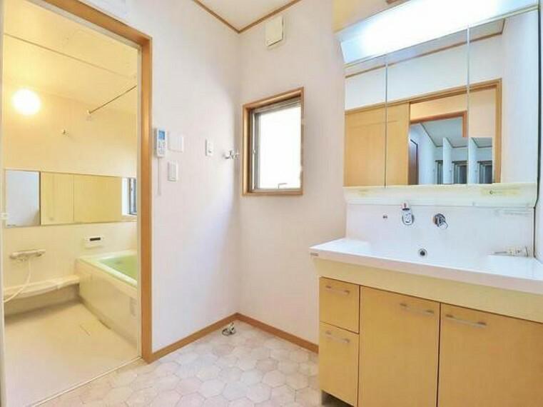 洗面化粧台 身だしなみのチェックがしやすい大きな鏡、下には収納がたっぷり。スッキリとした空間を演出いたします。