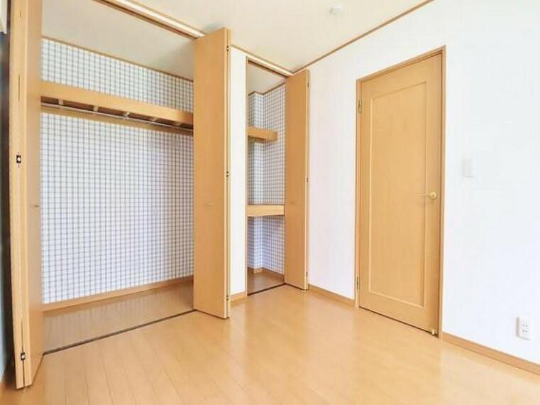 収納 建物内部の収納には拘りました。共有部分に設けた収納。お荷物が多い方にも安心です。
