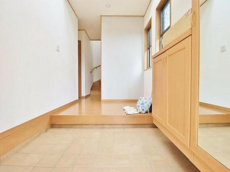 玄関 ダウンライトを使用しお洒落に演出。帰りたくなる家をテーマに設計。いつも「人」と「家」の間に・・・。