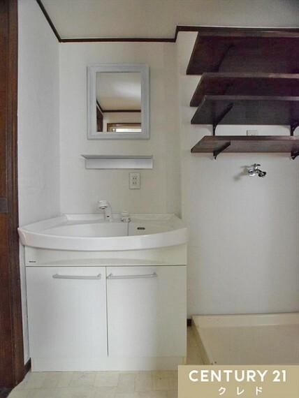 洗面化粧台 洗面脱衣室から浴室までノンステップで行ける住まう方に優しいバリアフリー設計です。小さなお子様の転倒防止にもなります。2WAYでキッチンにも行けるようになっております! ご内覧好評受付中!