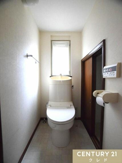 トイレ 清潔感のある爽やかで和やかなナチュラル空間!埋込収納には、予備のトイレットペーパーやお掃除道具などを収納できて便利です!窓も付いているので、換気採光もバッチリです!平日のご見学希望にも即対応致します!
