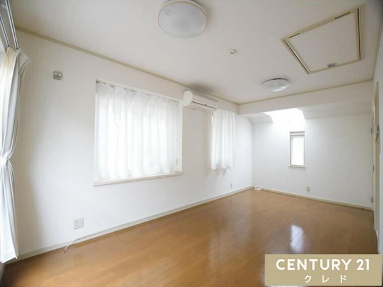 洋室 10.8帖洋室。2階は全室南東向きで陽当り良好!3面採光の洋室は優しい陽射しに包まれて気持ちよく過ごせます。全居室6帖以上なのでご家族全員が広々と暮らせますね!大変きれいにお使いです!