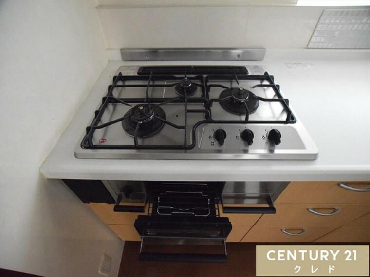 キッチン 2口コンロ。 同時進行で効率アップはもちろん鍋を移動する回数が減り、無駄な動きを軽減することが出来ます。