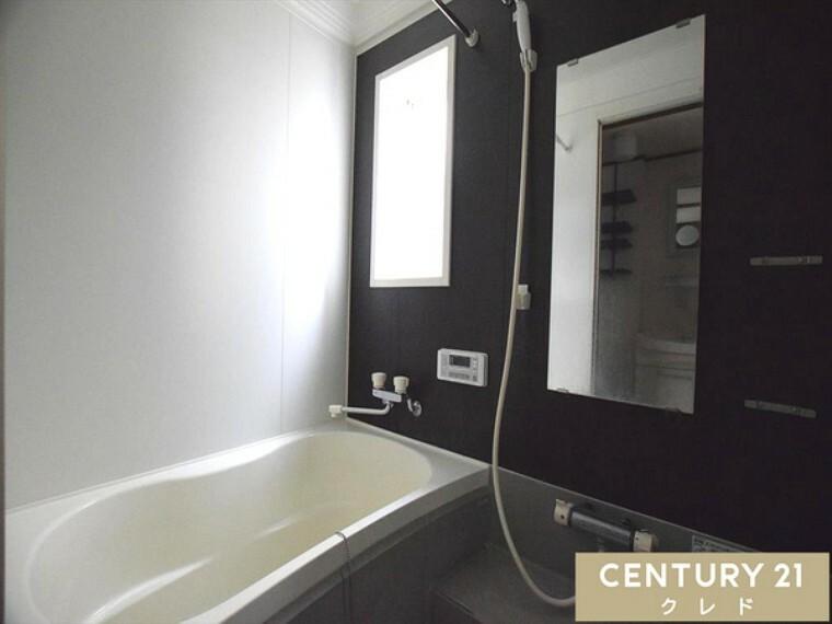 浴室 ゆとりある浴室です! 足を伸ばしてゆったりくつろげる広さ! 追い焚き機能付きなので、帰宅時間がバラバラなご家族も皆様が温かなお湯につかってリラックスしていただけます!