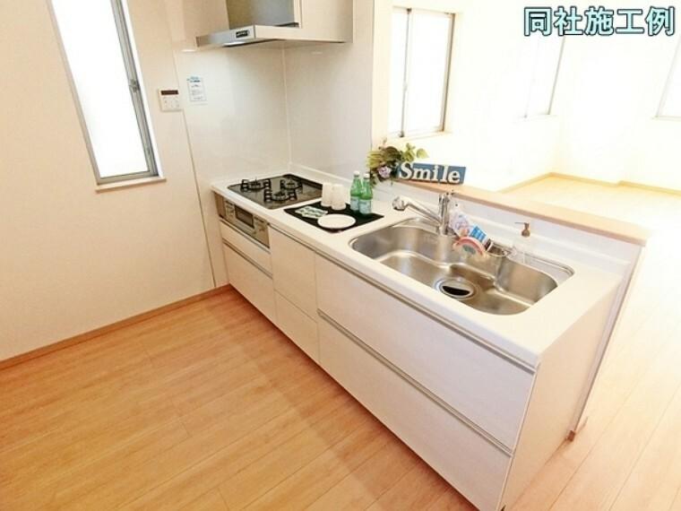 キッチン 大人2人がキッチンに立っても十分な広さがあるだけでなく効率的な家事動線になっています