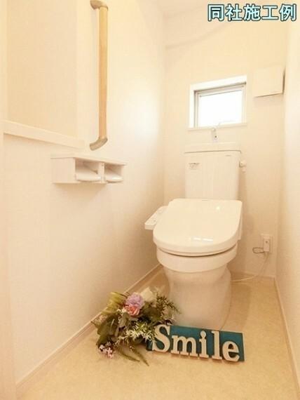 トイレ スタンダードな手洗いタンク一体型ウォシュレット付きトイレ