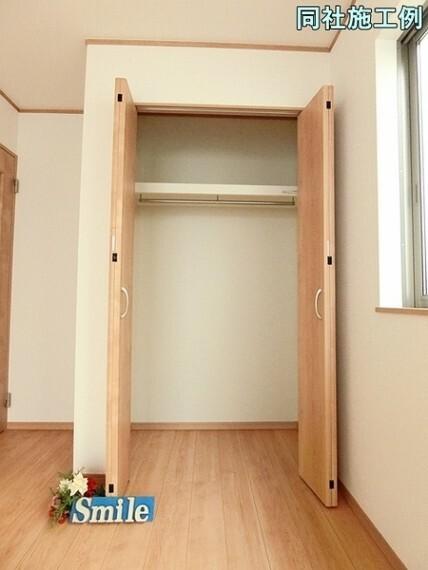 洋室 各居室に収納が完備されています。
