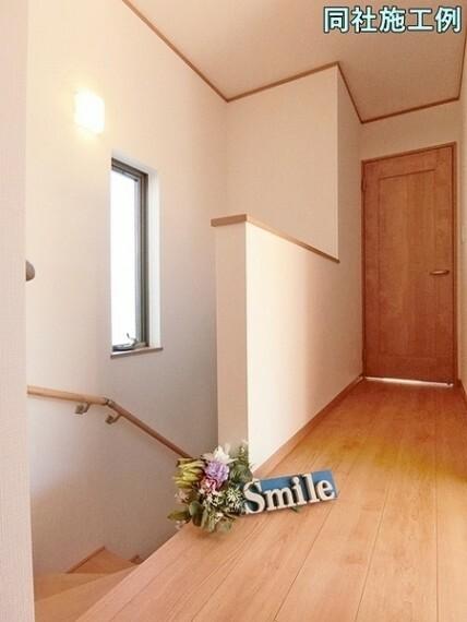 専用部・室内写真 窓からは明るい日差しが注ぎこむ階段はお家が明るくなります 小さなお子様やご高齢に安心の手摺付きの階段です。