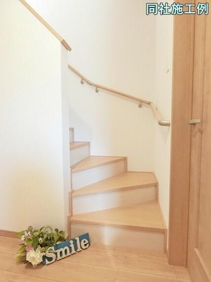小さなお子様やご高齢に安心の手摺付の階段 窓からは明るい日差しが注ぎこむ階段はお家が明るくなります