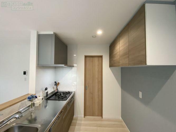 キッチン 《キッチン》お洒落なカフェ風キッチン。奥の扉を開けると洗面所とバスルームに繋がっています