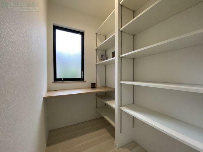 《書斎》可動棚が付いており、収納するものにシンデレラフィット テレワークやお子様の学習スペースにも。