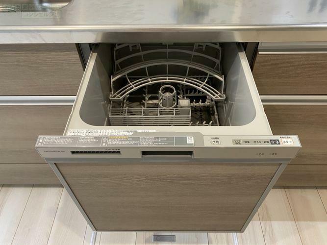 《食器洗い乾燥機》忙しいママの味方、食器洗い乾燥機。家事の負担がグッと減ります。