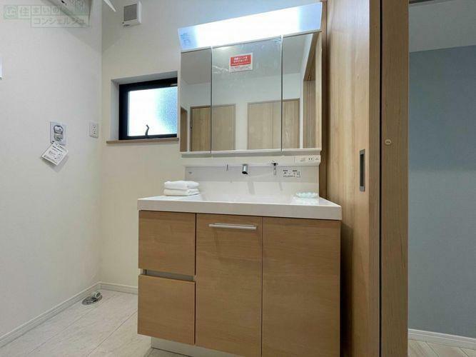 洗面化粧台 《洗面所》収納たっぷりの三面鏡化粧台。横はランドリースペース。キッチンの横なので家事動線が良い造り。