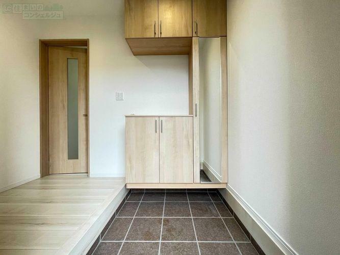 玄関 《玄関》土間が広く、ベビーカーなども置けますね シューズボックスは便利な姿見鏡付きです。