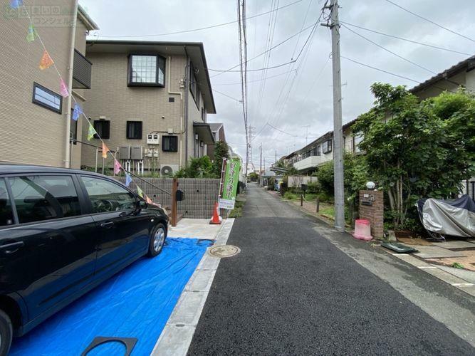 現況写真 《前面道路》北側4m。車通り少なく駐車が苦手な方でも安心ですね