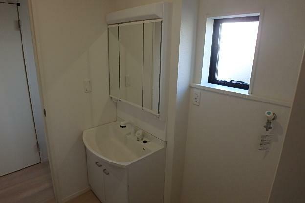洗面化粧台 スッキリ片付く三面鏡裏収納の洗面化粧台