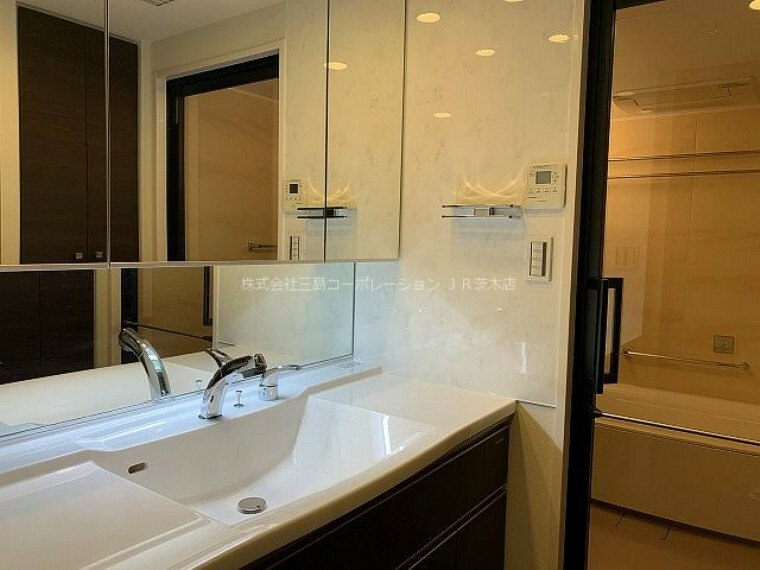 洗面化粧台 並んで使っても狭くない、ワイドな洗面化粧台 三面鏡裏には収納がたっぷりあります。