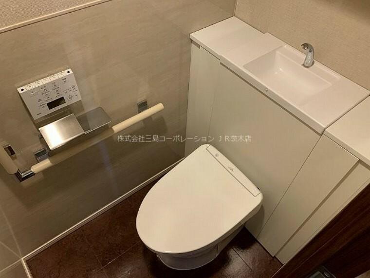 トイレ すっきりとしたデザインのトイレ、快適な温水洗浄便座です