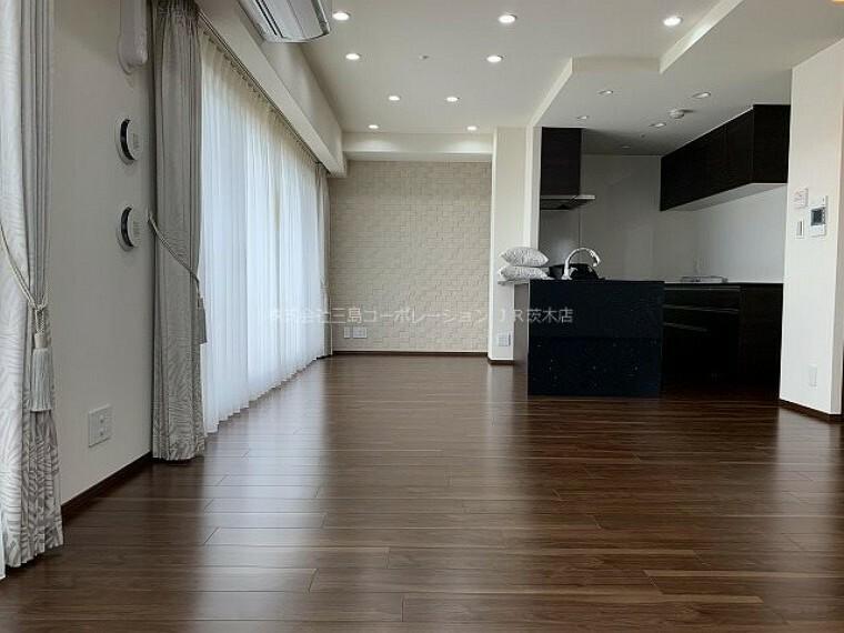 居間・リビング 照明は天井埋め込み型のダウンライト。リビングが、より広々とした空間になります。