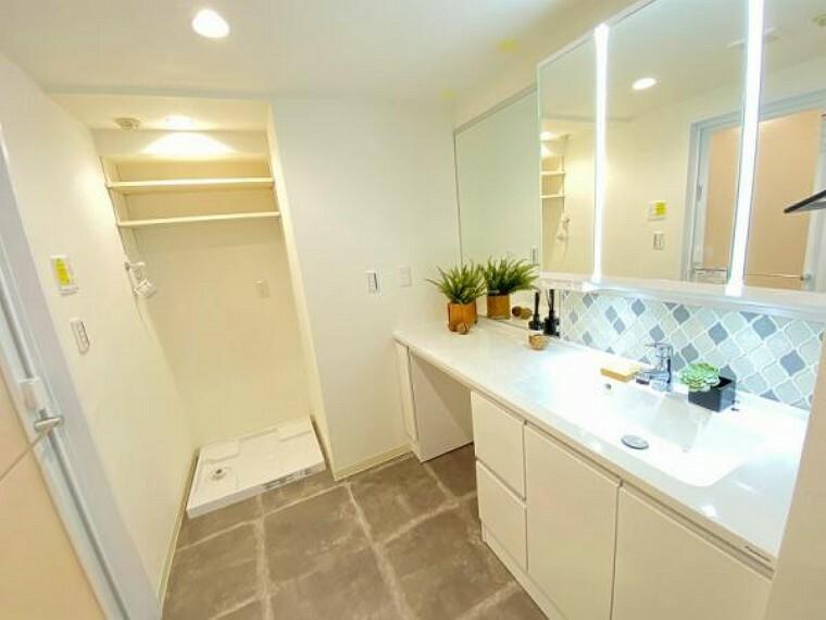 洗面化粧台 広々とした洗面台は2人並んで身支度可能です。