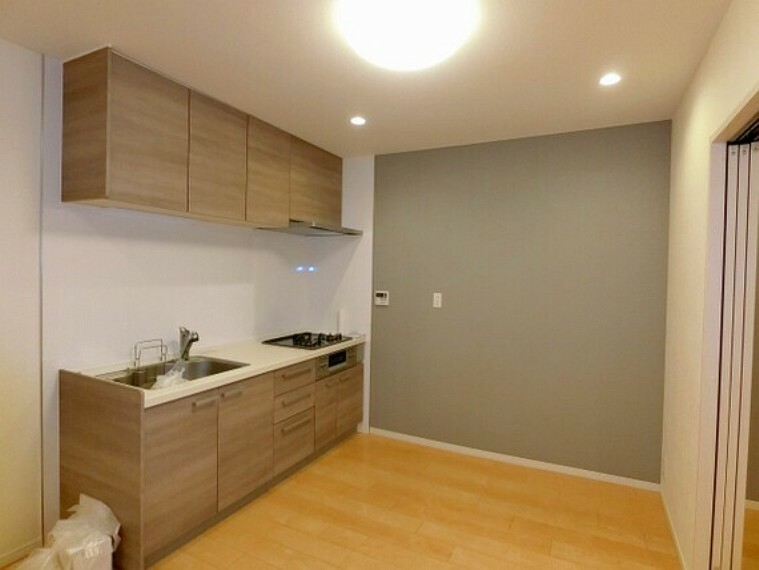 キッチン 【キッチン】空間を広く使用できる壁付けキッチン。上部に収納があります。
