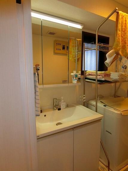洗面化粧台 【洗面】帰宅後すぐ、お部屋に入る前に手洗いができる洗面室。