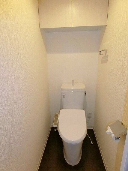 【トイレ】上部に吊戸収納があり、ペーパーや洗剤等収納できます