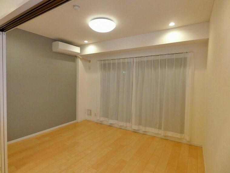 【居室】バルコニーに面した6畳洋室。心地のいい陽光で一日がスタートできます!