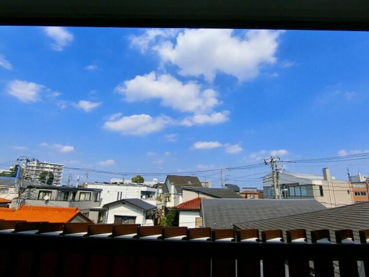 眺望 【住戸からの眺め】前面に高い棟がなく視界が開けていますので、開放感があります。