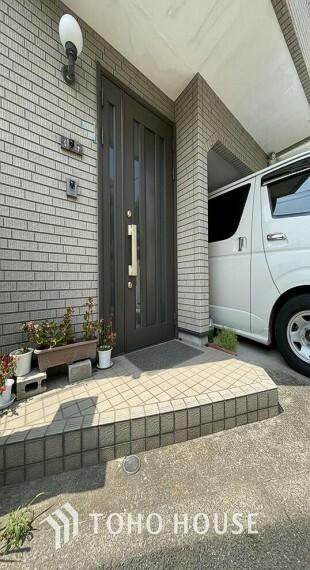 玄関 「玄関」上質感漂う玄関へのアプローチ。家族の帰りを待ち、訪れる方を優しく迎える。そんな安らぎに満ちた生活空間を予感させる生活イメージが湧き出てきそうな物件です。