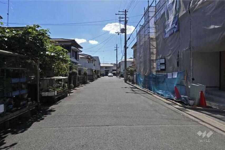 現況写真 物件の北側前面道路前面道路幅員も広く、駐車もしやすいです。周辺は戸建てが立ち並ぶエリアになっております。