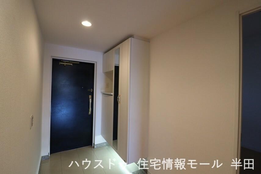 玄関 スッキリとした玄関周り、収納も豊富です。