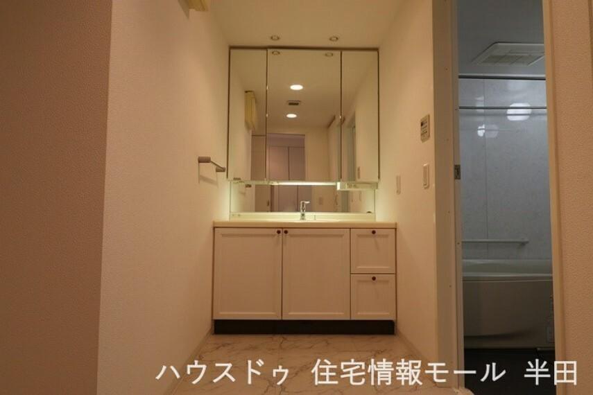 洗面化粧台 床が大理石調で、高級感のある洗面室。 収納も豊富です。