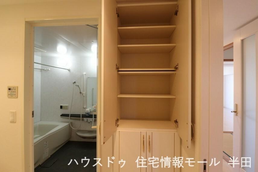収納 洗面室にはリネン類の収納に便利な棚付き