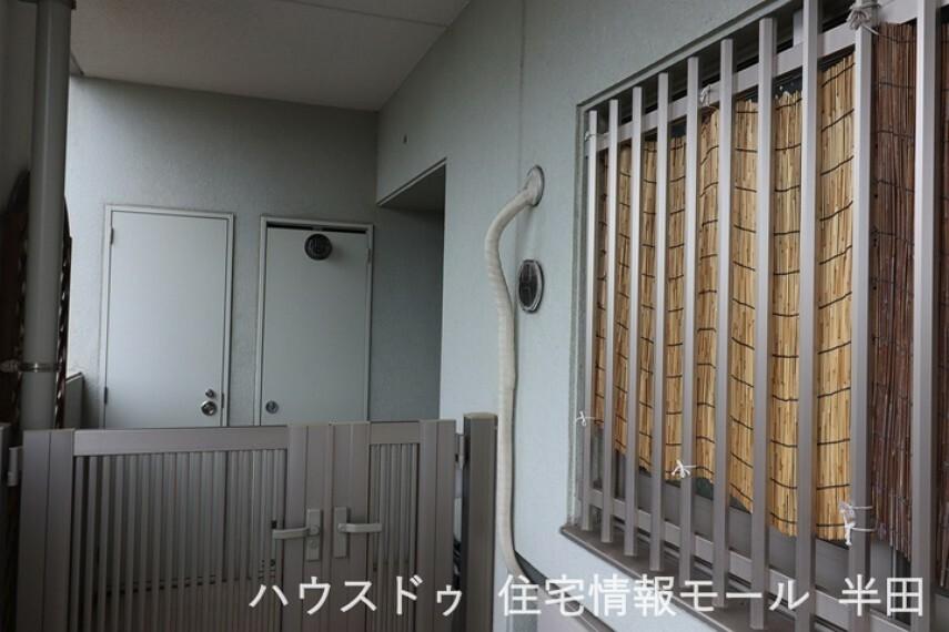 玄関 アルコーブ付きのためマンションながらもプライベートな玄関を確保できます。