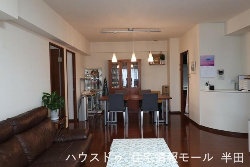 居間・リビング 家族の会話がはずむ開放的な空間です。