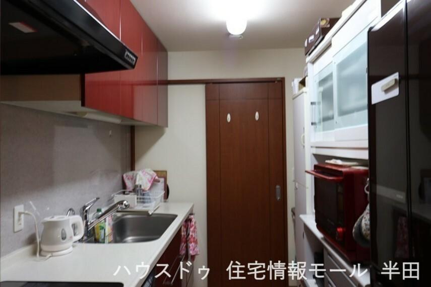 キッチン 作業ペースとシンクの広いキッチンは、お料理の大好きな方にはうってつけ。