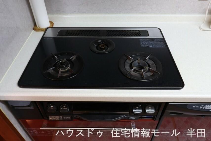 3口コンロを仕様したキッチンは、グリルもついているため、時短だけでなく調理の幅が広がります。