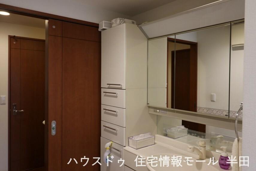 洗面化粧台 収納が豊富なシャンプードレッサーは、家族各々の物がキチンと収まり、すっきり清潔に保てます。