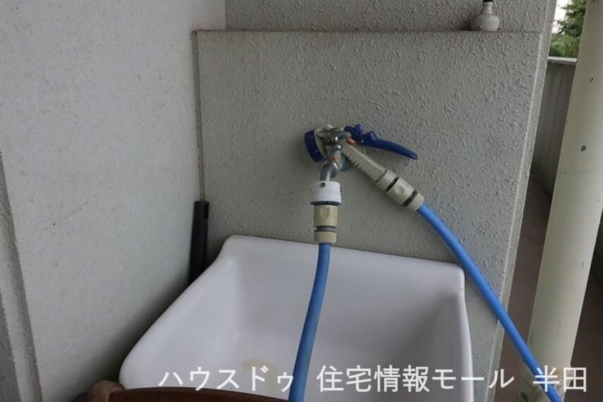 ベランダに水栓があると、ベランダ床や窓の掃除がしやすくなり大変便利ですね。