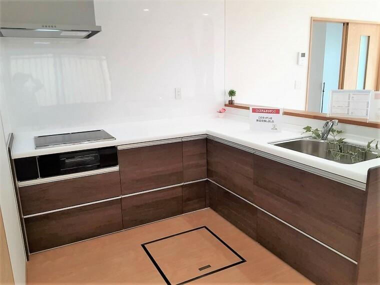 キッチン L字型のキッチンなので作業スペースが広く、 たくさん収納できますね