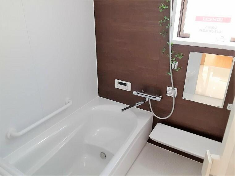 浴室 浴室に窓が付いているので開放的な空間が作ることが出来ますね  空気の入れ替えも簡単にできます
