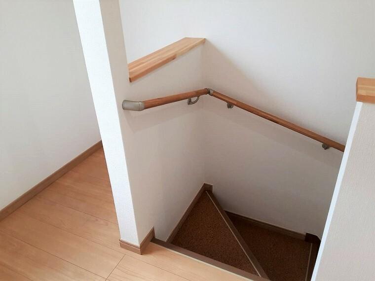 手すり付きの階段   小さなお子様やご年配の方にも安心です