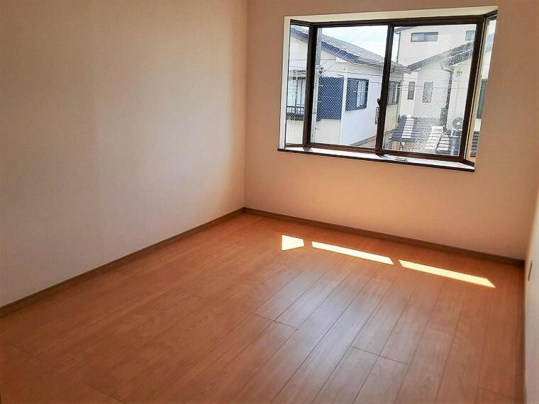 洋室 出窓付きなので、お部屋が広く感じられ、 太陽の光もたくさん取り入れることができますね