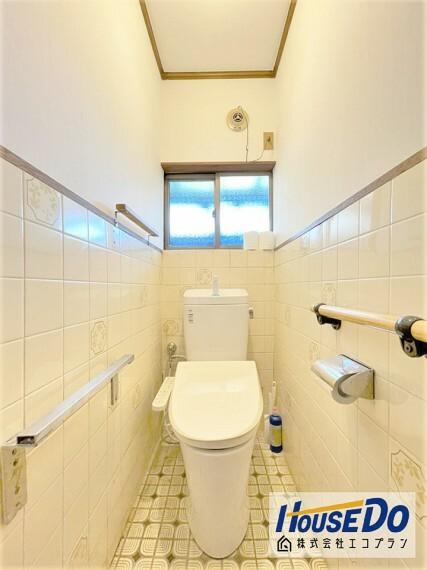 トイレ 窓がついているので 光を沢山取り入れることのできる明るいトイレになっております  換気もできて清潔感が保てますね