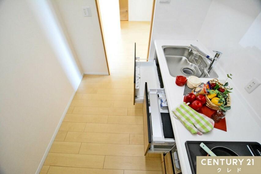 キッチン 新規交換のシステムキッチンは、浄水器一体型の水栓になります!温かみのあるワークトップは人造大理石!お料理や洗い物も楽しくなります!お問い合わせはセンチュリー21クレド